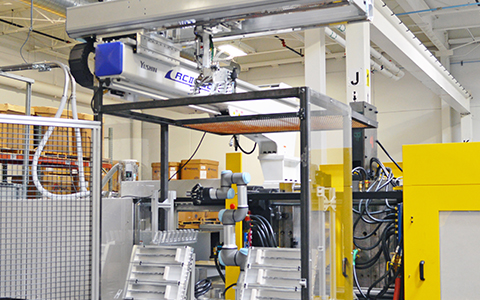 Plastic Injection Molding Robotic Operator